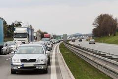 在高峰时间,在高速公路的交通堵塞 免版税库存图片