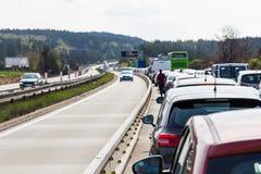 在高峰时间,在高速公路的交通堵塞 图库摄影
