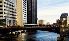 在高峰时间,桥梁和桥楼室在芝加哥河 免版税图库摄影