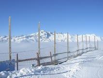 在高度的滑雪倾斜有山峰看法  免版税库存图片