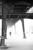 在高架桥下的赛跑者 库存照片