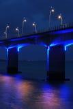 在高架桥之下的蓝色l部分 免版税库存图片