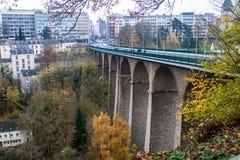 在高架桥桥梁的交通 免版税库存图片