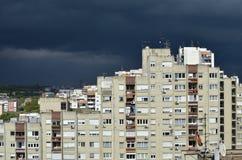 在高楼上的风雨如磐的天空 免版税库存图片