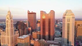 在高现代摩天大楼的全景4k鸟瞰图在繁忙的财政街市区在日落的哥伦布市俄亥俄 股票录像