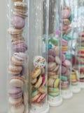 在高玻璃瓶的蛋白杏仁饼干 甜膳食 免版税库存图片