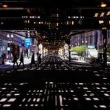 在高的火车轨道下的阴影样式 库存照片