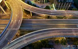 在高的高速公路的交通夜在上海 免版税库存照片