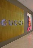 在高端时尚购物中心的古驰精品店 图库摄影