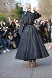在高级女式时装期间的妇女在巴黎 库存照片