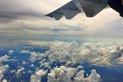 在高级态度,从airplan的窗口的看法的白色云彩天空 免版税图库摄影