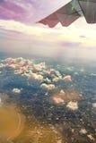在高级态度,从airplan的窗口的看法的白色云彩天空 免版税库存图片