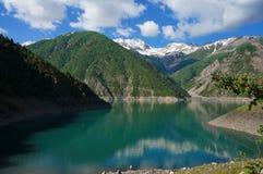 在高美丽如画的山中的迷人的湖和 免版税库存图片