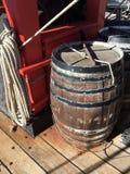 在高船甲板的橡木桶  免版税图库摄影