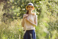 在高草中的美丽的愉快的妇女 库存图片