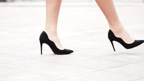 在高跟鞋的女性腿穿上鞋子走在都市街道 年轻女商人的脚高跟鞋类去的 股票视频