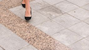 在高跟鞋的女性腿穿上鞋子走在都市街道 年轻女商人的脚高跟鞋类去的 股票录像