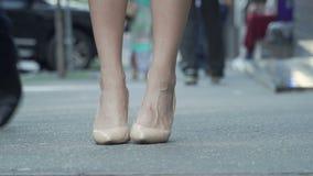 在高跟鞋的女性鞋子在街道 股票视频