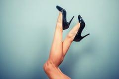 在高跟鞋的性感的女性腿 免版税库存图片