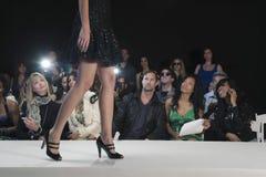 在高跟鞋的模型反对观众 免版税库存照片