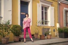 在高跟鞋鞋子的妇女立场在巴黎,法国,假期 桃红色毛线衣的,在街道,时尚上的长裤妇女 beauvoir 免版税库存照片