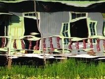 在高跷的木小屋在Inle湖中水域反射了  库存照片