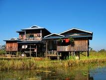 在高跷的木小屋在Inle湖中水域  免版税库存图片