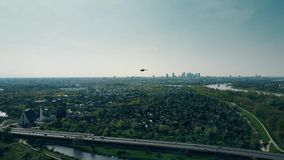 在高速公路上的直升机飞行反对华沙地平线 影视素材