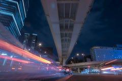 在高速公路下在东京在夜之前,红绿灯落后与l 库存图片