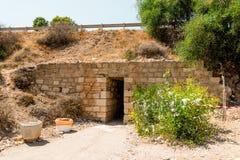 在高速公路下的一个入口隧道从停车位到美之女神岩石海滩,塞浦路斯 免版税库存图片