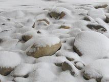 在高速公路下的积雪的岩石 库存照片