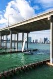在高速公路下的风船 免版税库存图片