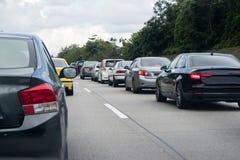 在高速公路中间的交通堵塞 免版税图库摄影