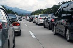在高速公路中间的交通堵塞 免版税库存照片