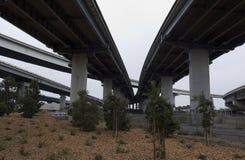 在高速公路互换下的沙漠 免版税库存照片