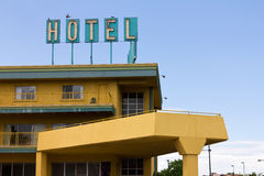 在高速公路旅馆汽车旅馆老符号之上 图库摄影