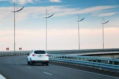 在高速公路曲线的汽车 库存照片
