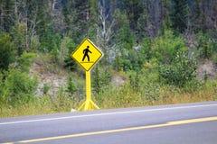 在高速公路的一个行人交叉路标志 库存图片