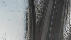在高速公路的一张鸟瞰图 在路上的照相机飞越 影视素材