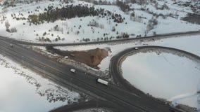 在高速公路的一张鸟瞰图 汽车堵塞公路交通 大交通互换概要 影视素材
