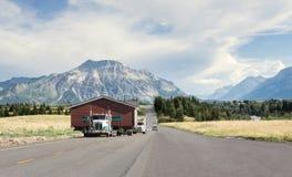 在高速公路的一辆半拖车被移动的大家 库存照片