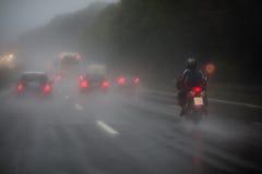 在高速公路的业务量与大雨 免版税库存图片