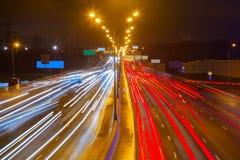 在高速公路的业务量在晚上 免版税库存照片