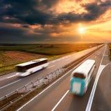 在高速公路的两辆公共汽车在行动迷离 库存图片