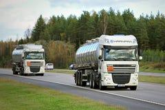 在高速公路的两辆白色半DAF罐车 免版税图库摄影