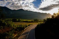 在高速公路的五颜六色的日落在保加利亚 免版税图库摄影