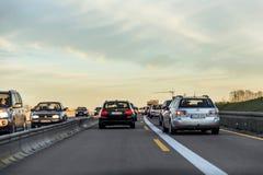 在高速公路的交通在日落期间 免版税库存照片