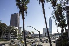 在高速公路的交通在LA 免版税库存照片
