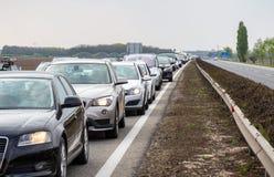在高速公路的交通堵塞在布拉格和布尔诺之间由于道路工程 免版税库存图片