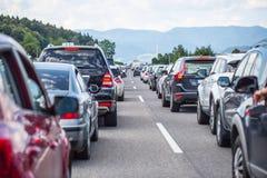 在高速公路的交通堵塞在暑假期间或在交通事故 缓慢或坏交通 库存图片